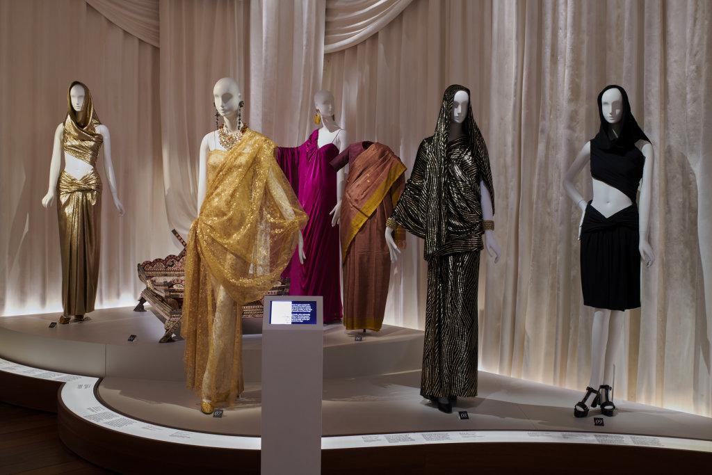 Vue de l'exposition L'Asie rêvée d'Yves Saint Laurent_ section L'Inde