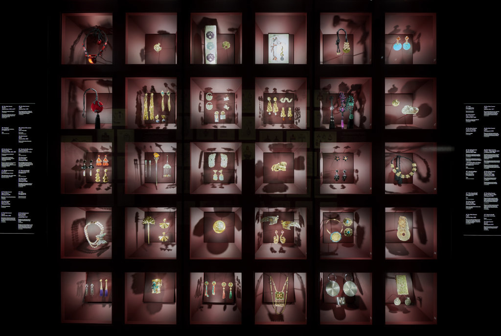 Vue de l'exposition L'Asie rêvée d'Yves Saint Laurent_ section Opium