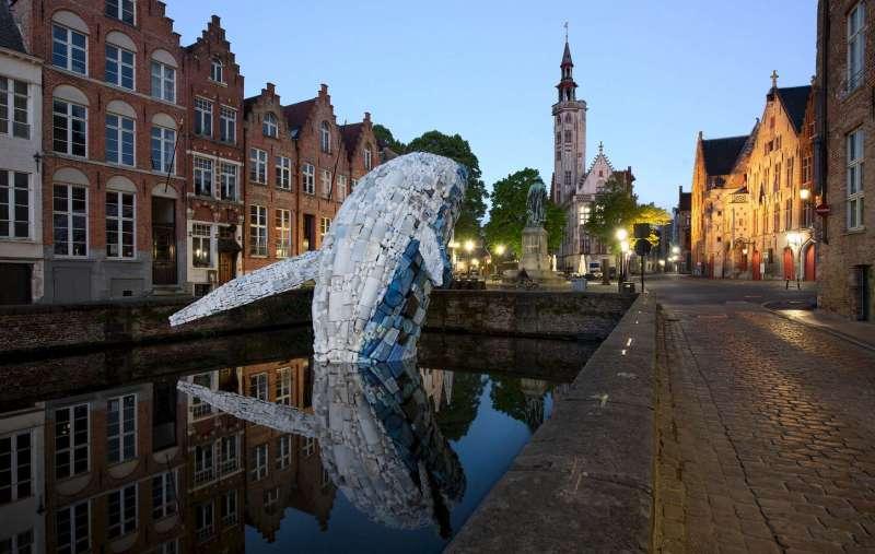Baleine en plastique à Bruges