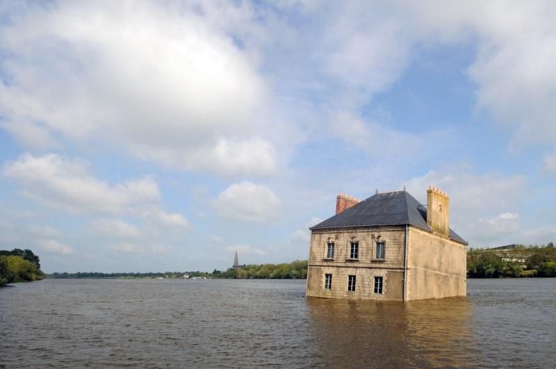 Jean-Luc Courcoult, La Maison dans la Loire, Couëron, création pérenne Estuaire 2007 © Bernard Renoux/LVAN