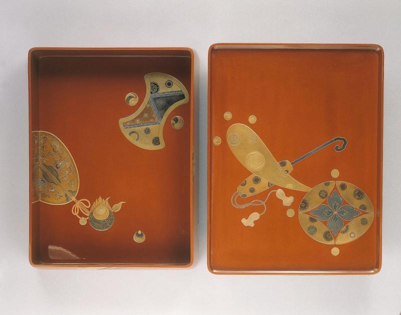 Boîte à papier (ryoshibako) et écritoire (suzuribako) à décor de symboles de bon augure - © The Khalili Collections of Japanese Art