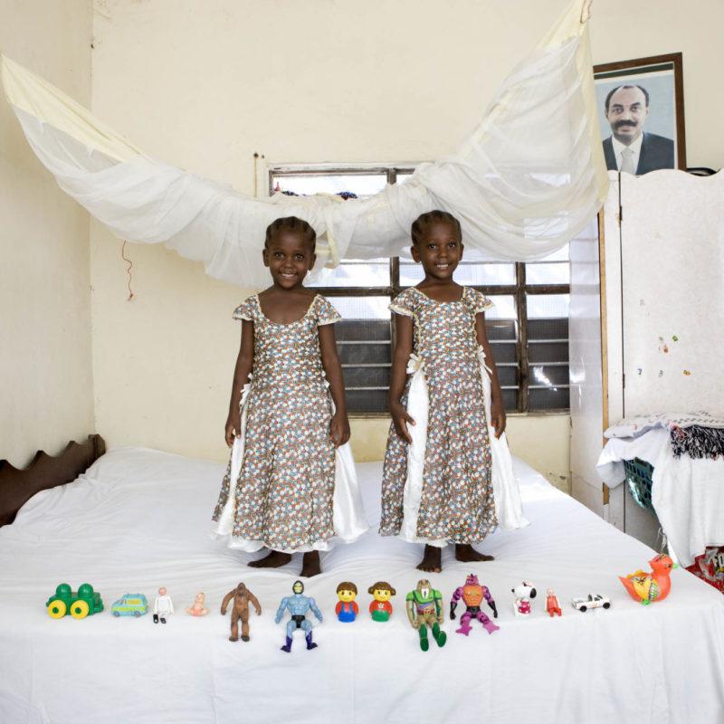 Arafa  e Aisha Saleh Aman, 4 anni - Bububu, Zanzibar (c) Gabriele Galimberti, Toy Stories