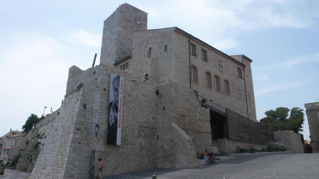 facade montee Musée Picasso Antibes