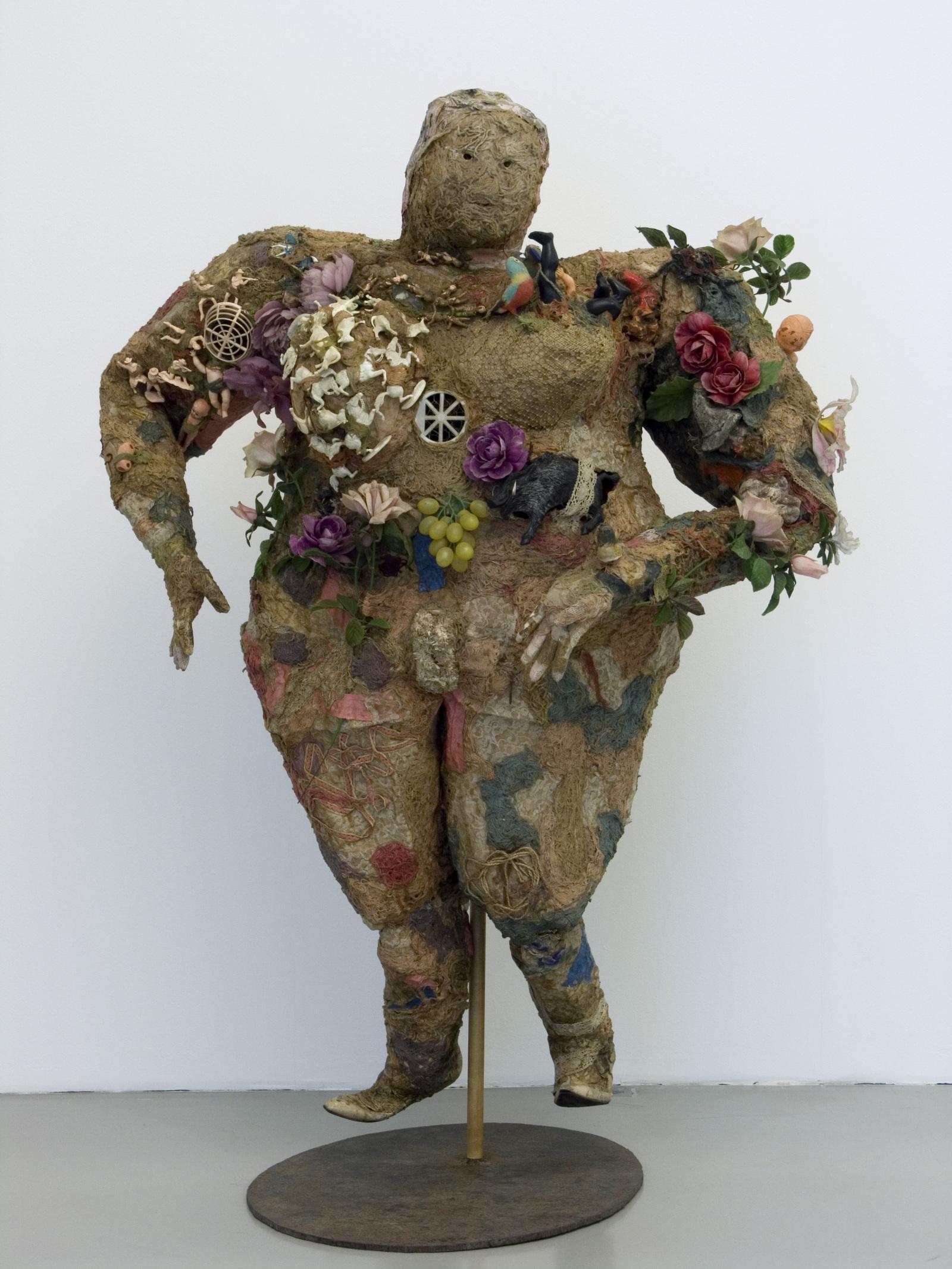 https://www.arts-in-the-city.com/wp-content/uploads/2018/08/niki-de-saint-phallevenus1964laine-objets-sur-grillagenice-mamacc-niki-charitable-art-foundation-adagp-parisc-photomuriel-anssensville-de-nic-1600x0.jpg