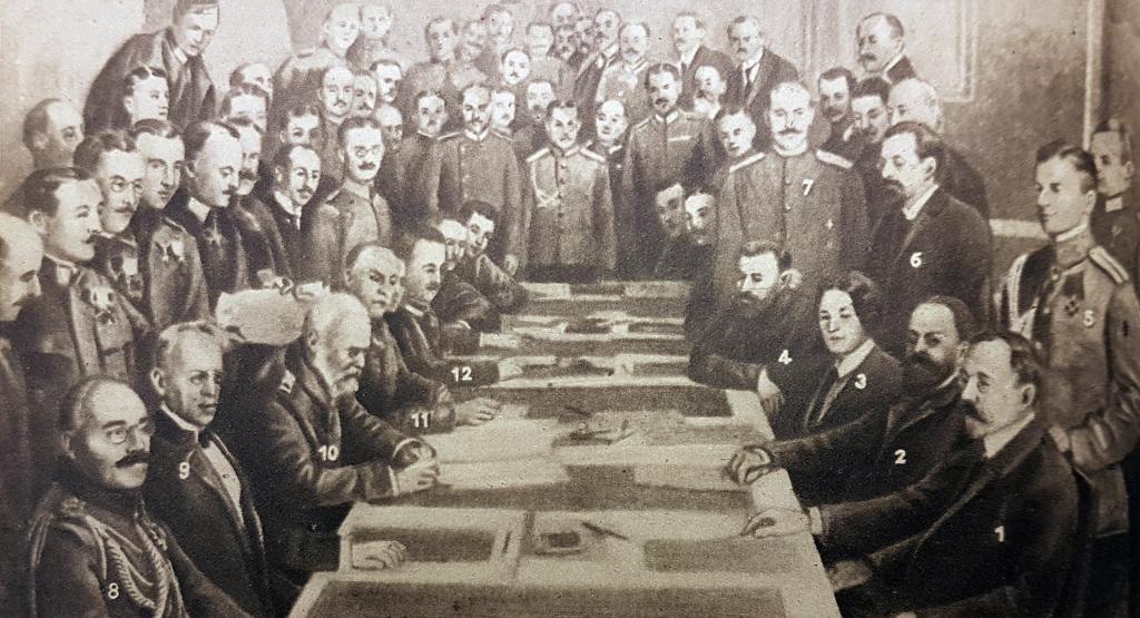 Photographie de la signature de l'armistice de Brest-Litowsk, le 5 décembre 1917, entre les bolcheviks russes et les Puissances centrales © Paris, musée de l'Armée