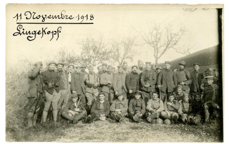 Soldats allemands et français réunis le 11novembre 1918 à Lingekopf © Collection particulière