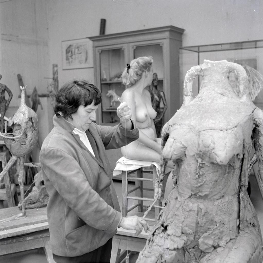 """Ernst Scheidegger (1923-2016)""""Germaine Richier travaillant à L'Eau dans son atelier"""
