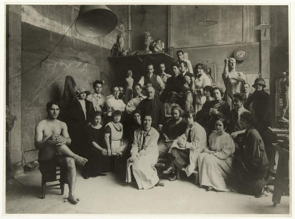 Bourdelle et ses élèves dans son atelier à la Grande Chaumière