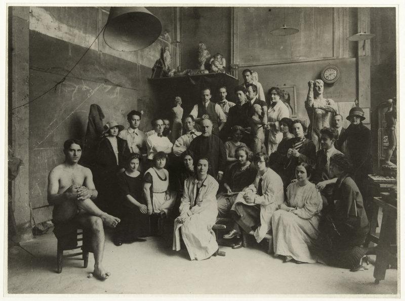 Antoine Bourdelle (1861-1929) et ses élèves dans son atelier à la Grande Chaumière. Paris (XIVème arr.). Photographie de Marc Vaux (1895-1971).  Epreuve gelatino-argentique à développement. 1920-1930. Paris, musée Bourdelle.