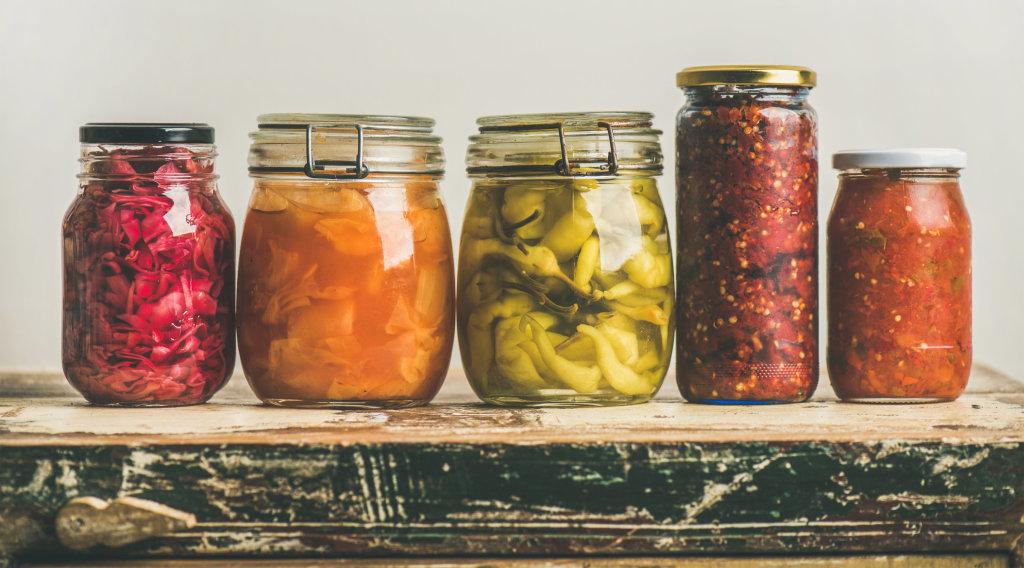 Légumes de saisons fermentés dans des pots