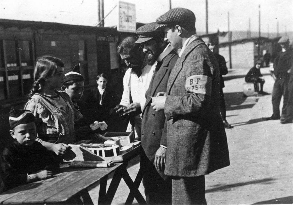 Guerre 1914-1918. Camp de Holzminden. Jeune marchande polonaise tenant boutique sur l'Avenue.