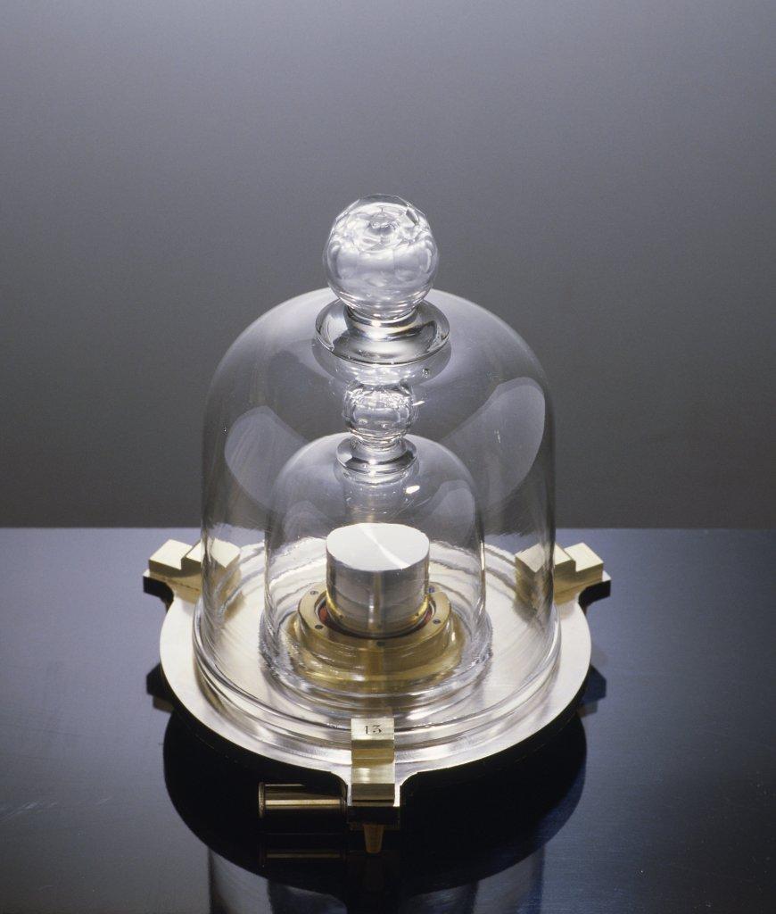 Kilogramme cylindrique en platine n°13 avec socle et cloche, 1870-1875