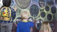 Enfants qui dessinent sur les murs du musée