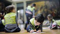 Enfants qui font des dessins sur le sol