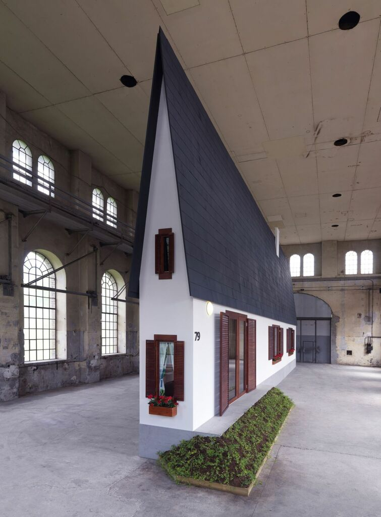 Erwin Wurm, Narrow house , Courtesy Lehmann Maupin Gallery, New York, Galerie Thaddaeus Ropac, Paris, Salzbourg & Londres, König Galerie, BerlinRobert Fessler