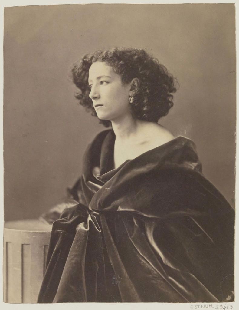Félix Nadar, Sarah Bernhardt,drapée en noir, 1864