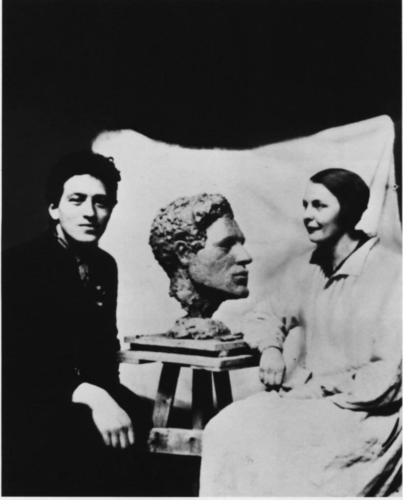 Alberto Giacometti et Flora Mayo modelant la tête de celui-ci, vers 1925