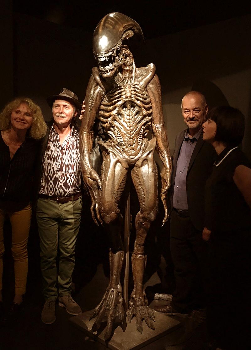 Jean-Pierre Jeunet et l'équipe du musée autour d'un alien