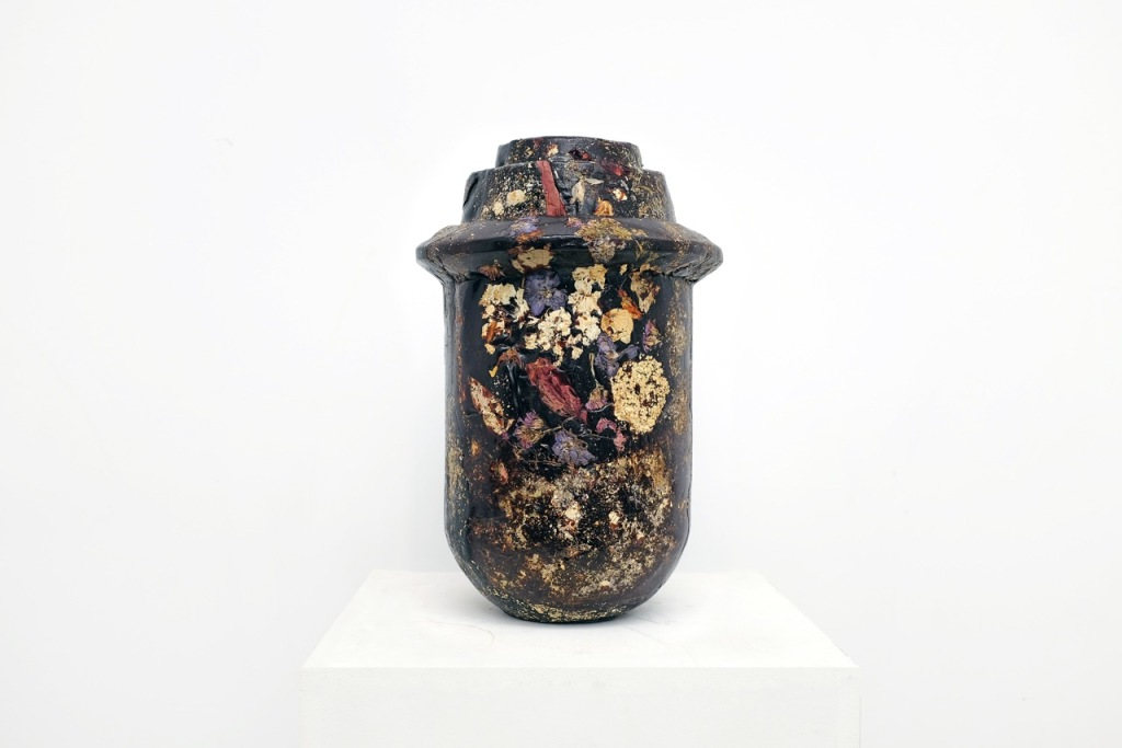 Marcin Rusak, Perishable vase, 2017