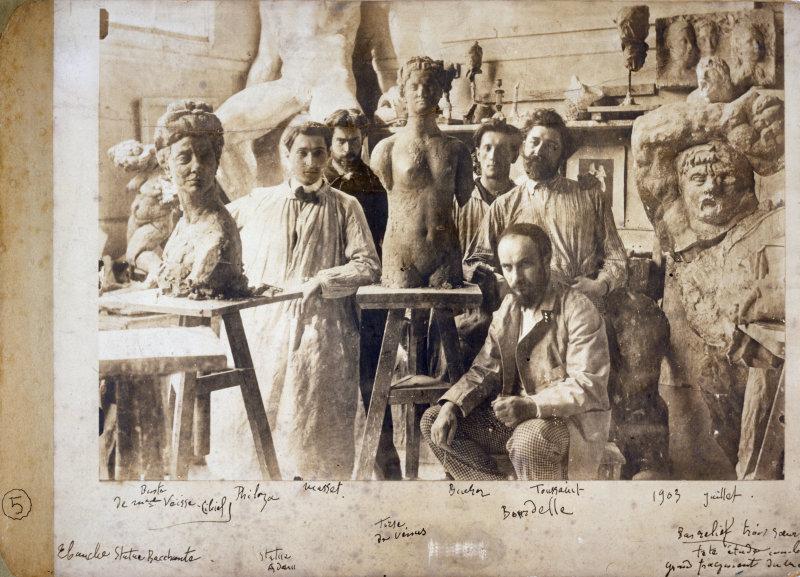 Antoine Bourdelle et ses praticiens dans son atelier. Paris, musée Bourdelle.