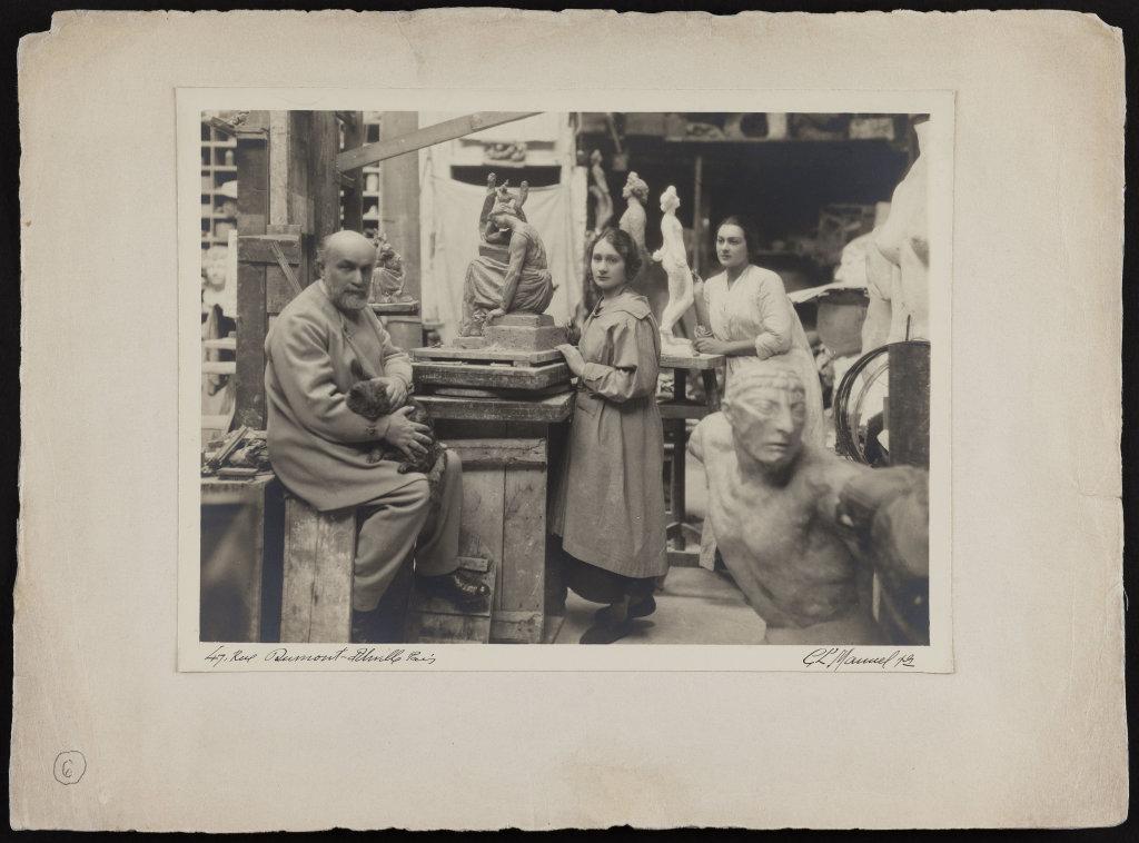 Bourdelle et deux étudiantes dans son atelier