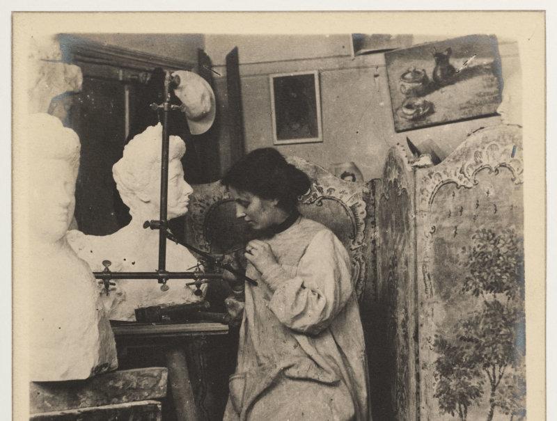 Stéphanie Van Parys (1877-1945) près du Buste de Madame Vaysse-Cybiel d'Antoine Bourdelle (1861-1929). XIXe -XXe. Photographie anonyme. Paris, musée Bourdelle.