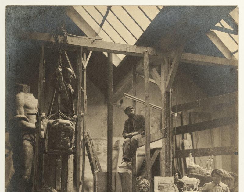 Antoine Bourdelle (1861-1929) dans les échafaudages. XIXe -XXe. Photographie anonyme. Paris, musée Bourdelle.