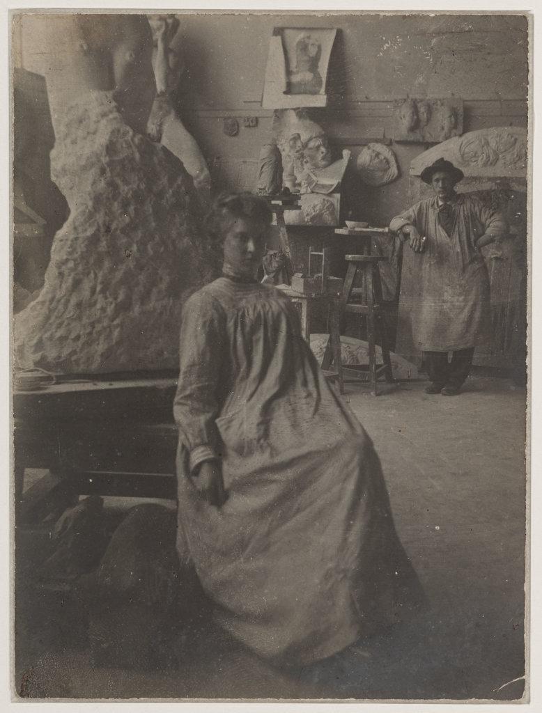 Elève allemande assise au pied de l'oeuvre de Rodin entre 1901 et 1903