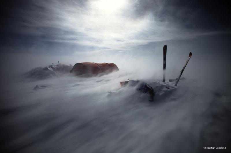 Le sud du Groenland est réputé pour ses violentes tempêtes. Les vents se lèvent et un environnement calme devient le théâtre d'éléments déchaînés. Ici, des vents de 120 km/h se sont abattus durant sept jours sur les minces parois de nylon de la tente. La neige soufflée par le vent s'amasse sur les parois de la tente et doit être dégagée périodiquement avant de se transformer en glace. ©Sebastian Copeland