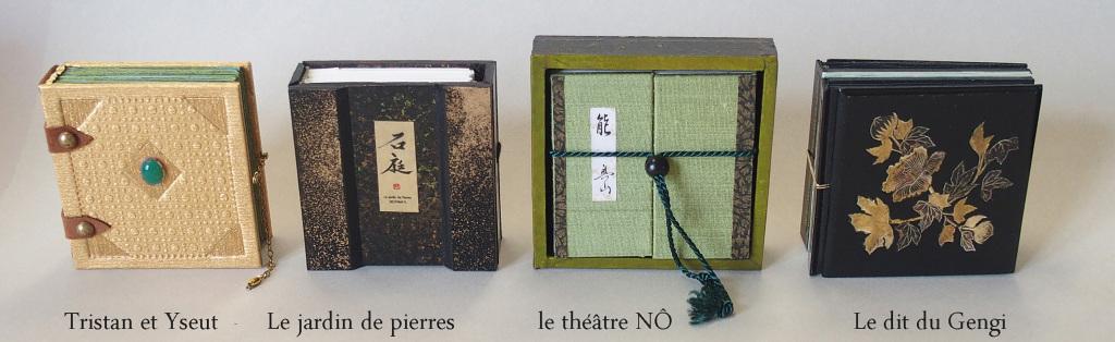 Suite de livres minuscules 4 x 4 cm