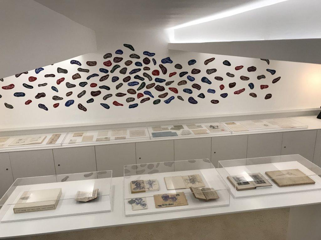 Vue de l'exposition Annette Messager, Nos Chambres - Institut Giacometti