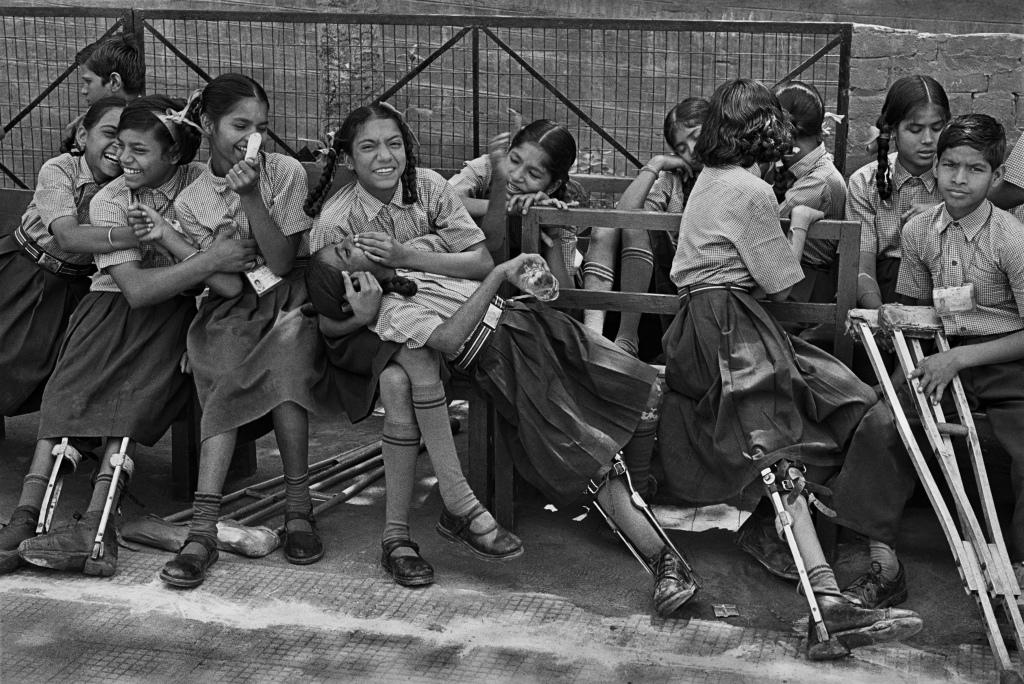 Centre de réhabilitation et de recherche Amar Jyoti, fondé en 1981 pour s'occuper des enfants handicappés par la polio. Ce centre offre éducation, thérapie occupationnelle, physiothérapie, formation professionnelle, métiers du design de textile, art de la menuiserie, etc.. Karkar Dooma, East Delhi. Inde, 2001