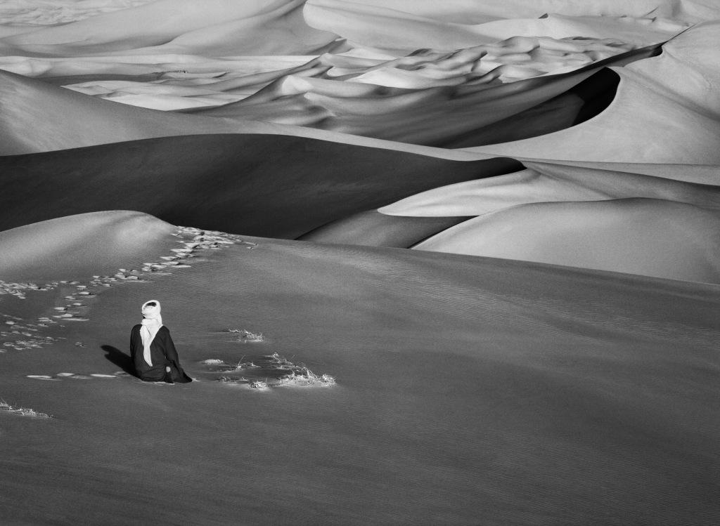 Moment de prière dans les grandes dunes de sable à Maor, Tadrart. Sud deDjanet. Algérie. 2009
