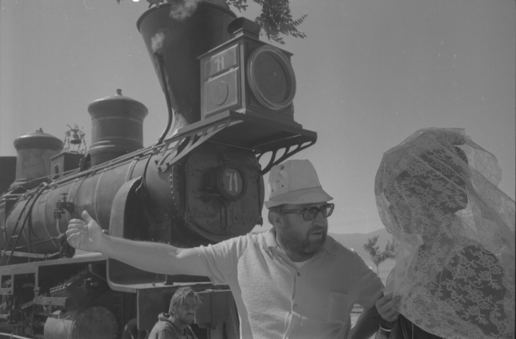 Sergio Leone et Claudia Cardinale sur le tournage d'Il était une fois dans l'Ouest de Sergio Leone, 1968