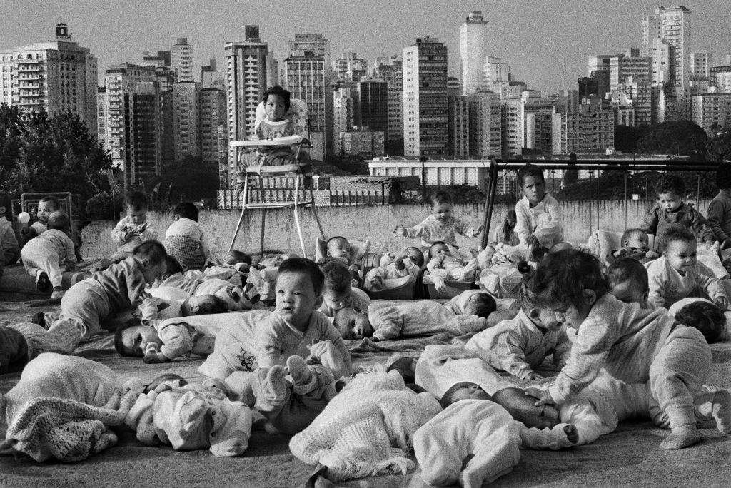 Le centre de la FEBEM (Fondation pour le bien-être de l'enfance) dans le quartier de Pacaembu. Il hébergent quelques 430 enfants, tantôt abandonnés dans les rues, tantôt amenés par leur parent qui ne peuvents'en occuper. São Paulo.Brésil. 1996.