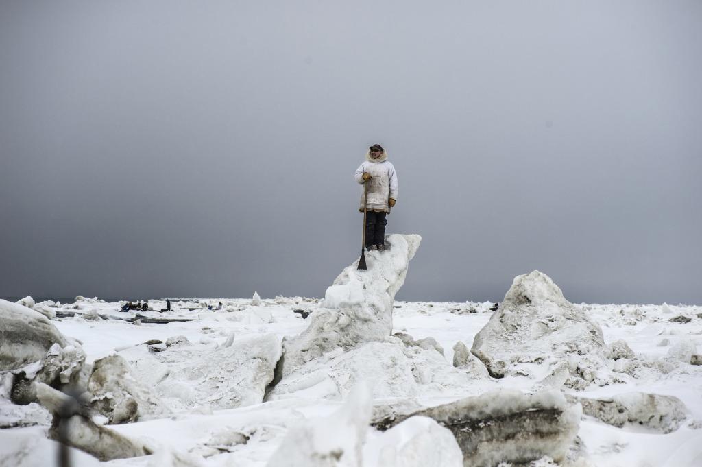 Chasseur partant traquer des baleines boréales. La communauté autochtone de Point Hope a le droit d'attraper 10 baleines boréales par an. Arctique, Alaska, Point Hope, mai 2018