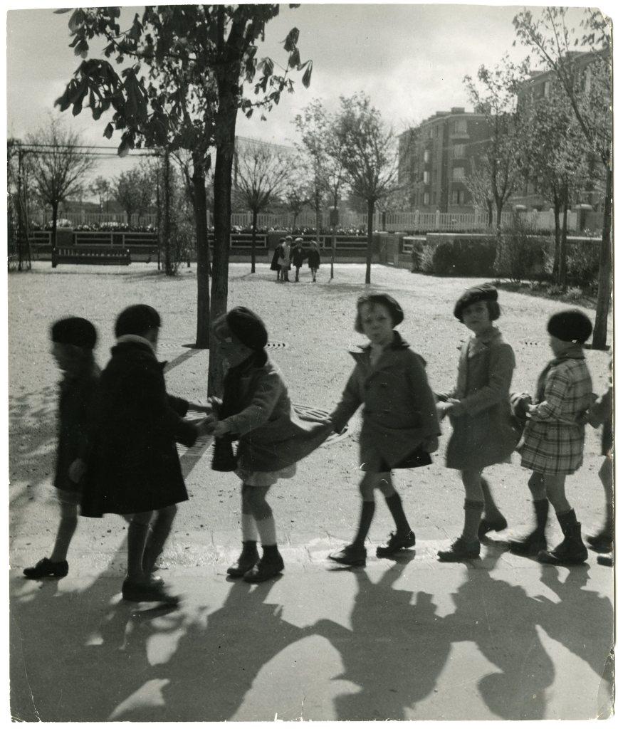 Enfants à la queue-leu-leu à l'école maternelle Wilson de la cité-jardins de Suresnes