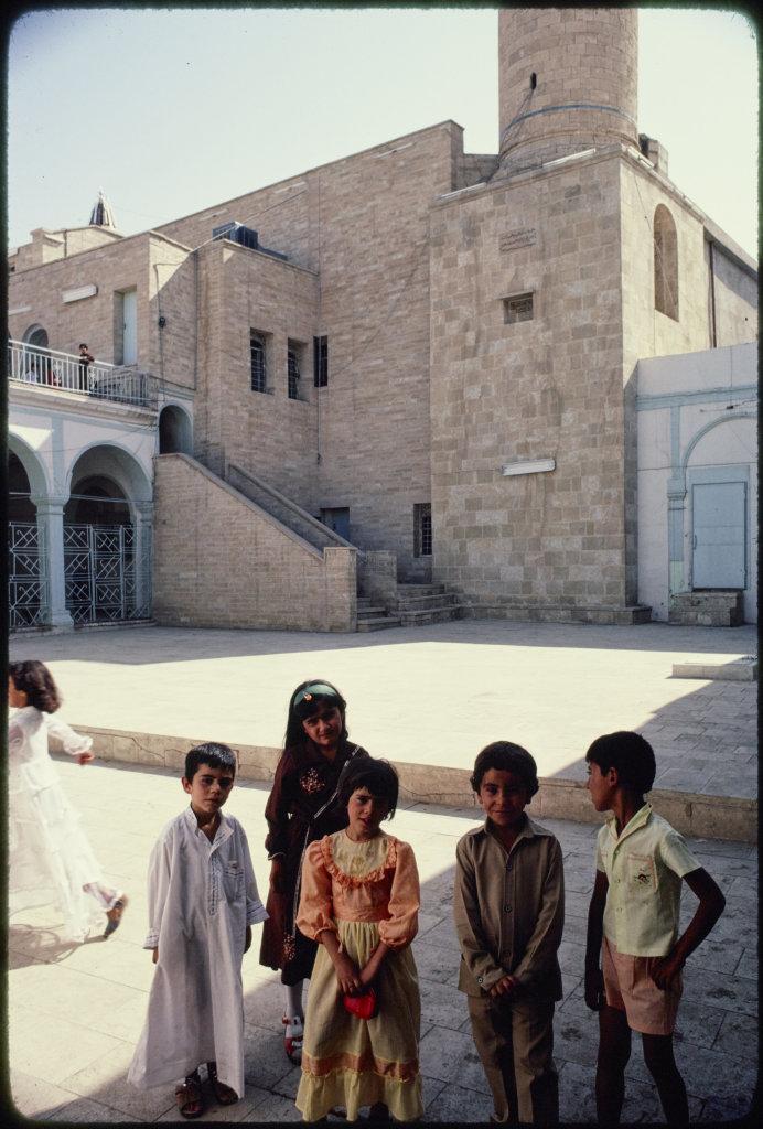 Enfants devant la mosquée Nabi Yunis, Mossoul, Irak