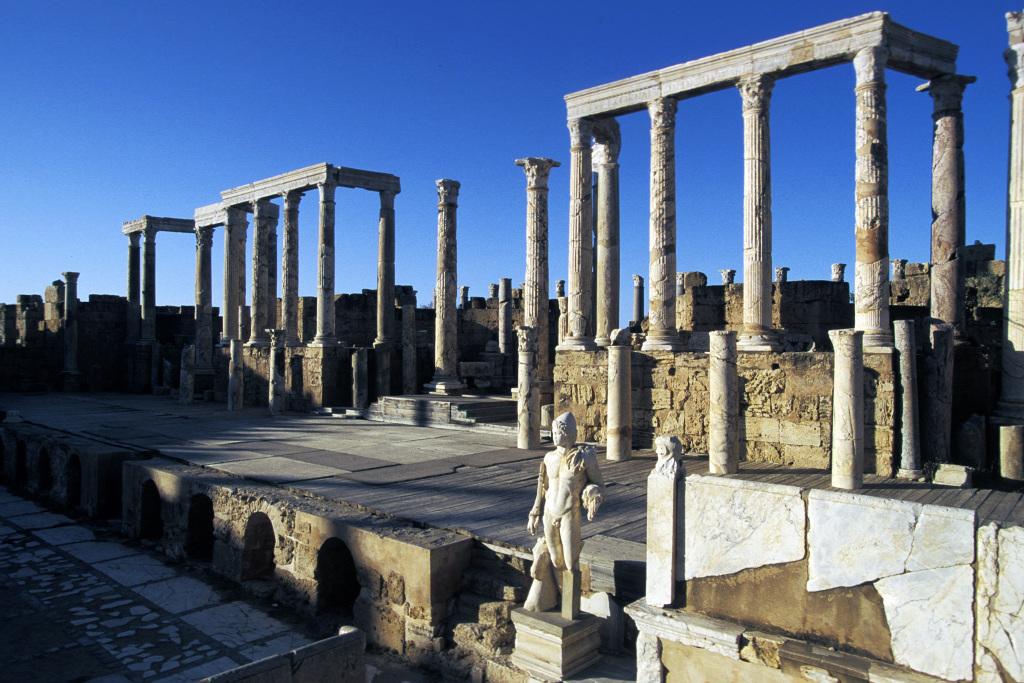 La scène du théâtre décorée de la statue d'un des Dioscures, Leptis Magna, Libye