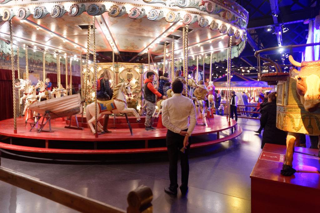 le manège de chevaux de bois pendant le Festival du Merveilleux
