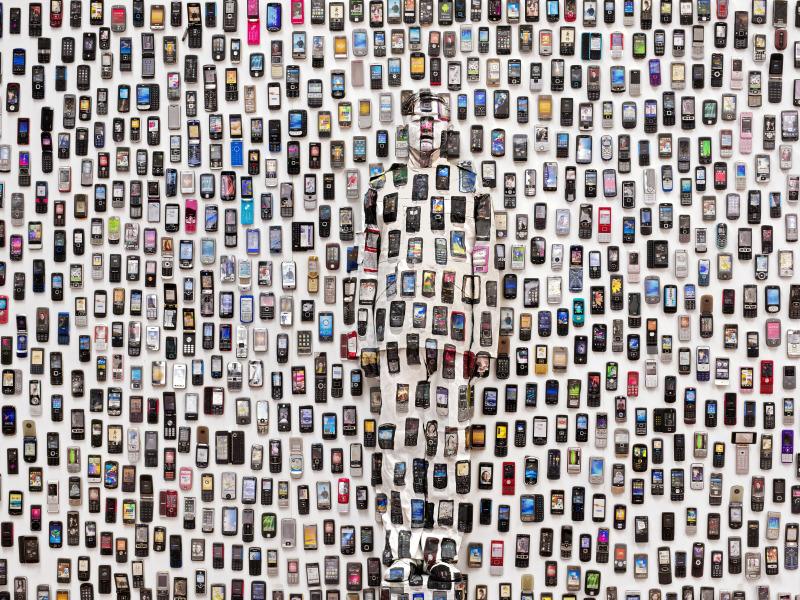 Liu Bolin, Hiding in the City 104, Mobile Phone, 2012 - Exposition, Liu Bilin, Ghost Stories a la Maison Europenne de la Photographie