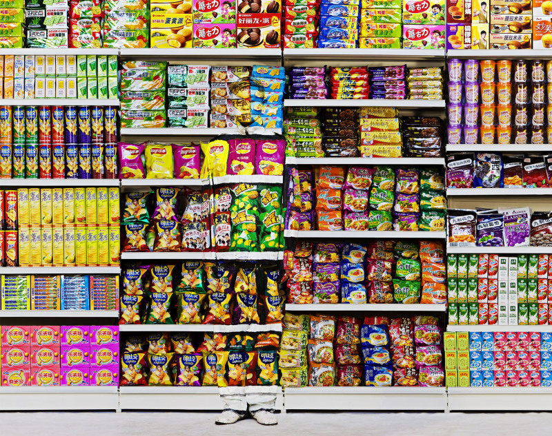 Liu Bolin, Hiding in the City 110, Puffed Food, 2013 - Exposition, Liu Bilin, Ghost Stories a la Maison Europenne de la Photographie