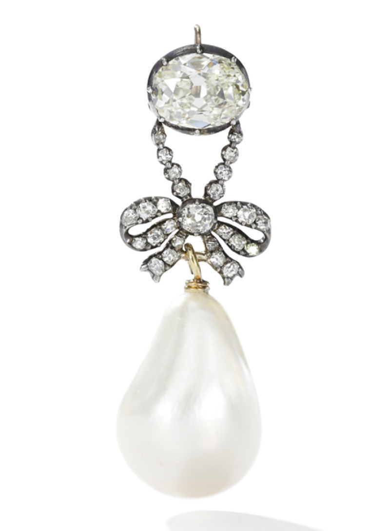 Un pendentif en diamants, retenant une perle naturelle de taille (26mm x 18mm), Estimation $ 1 - 2 million (c) Sotheby's