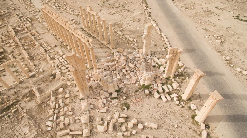 Vue aérienne de l'arche de Palmyre après destruction, Palmyre, Syrie