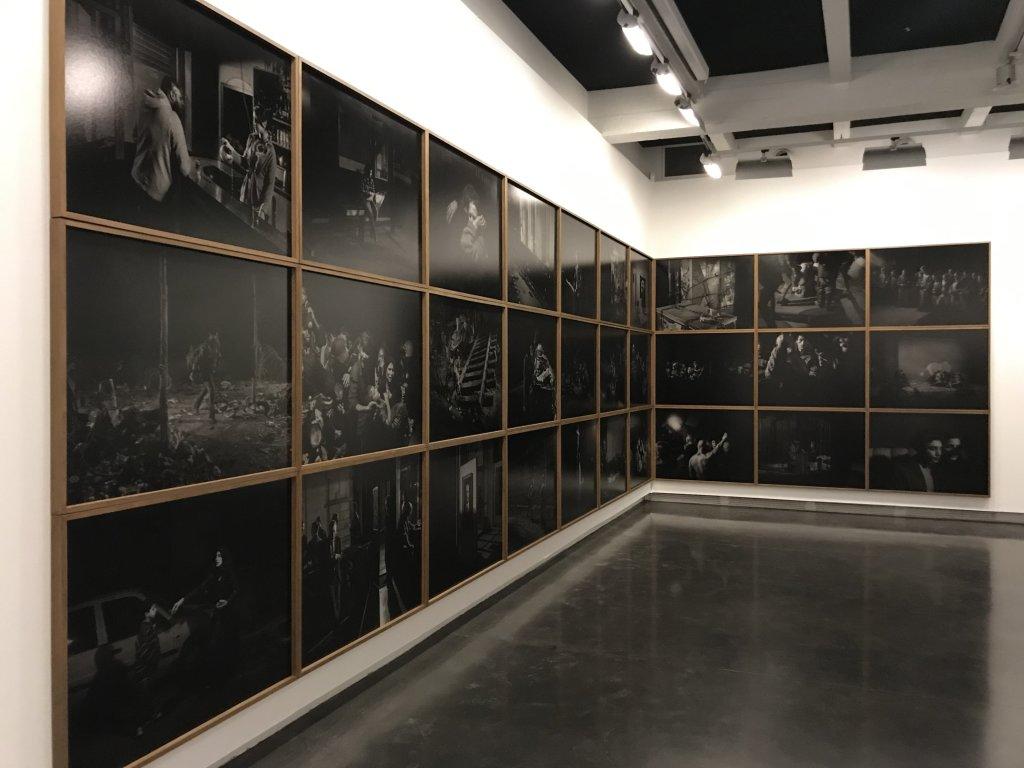 Vue de l'exposition Alex Majoli, scene - Le Bal - Paris (13)