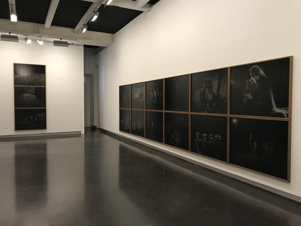 Vue de l'exposition Alex Majoli, scene - Le Bal - Paris (28)