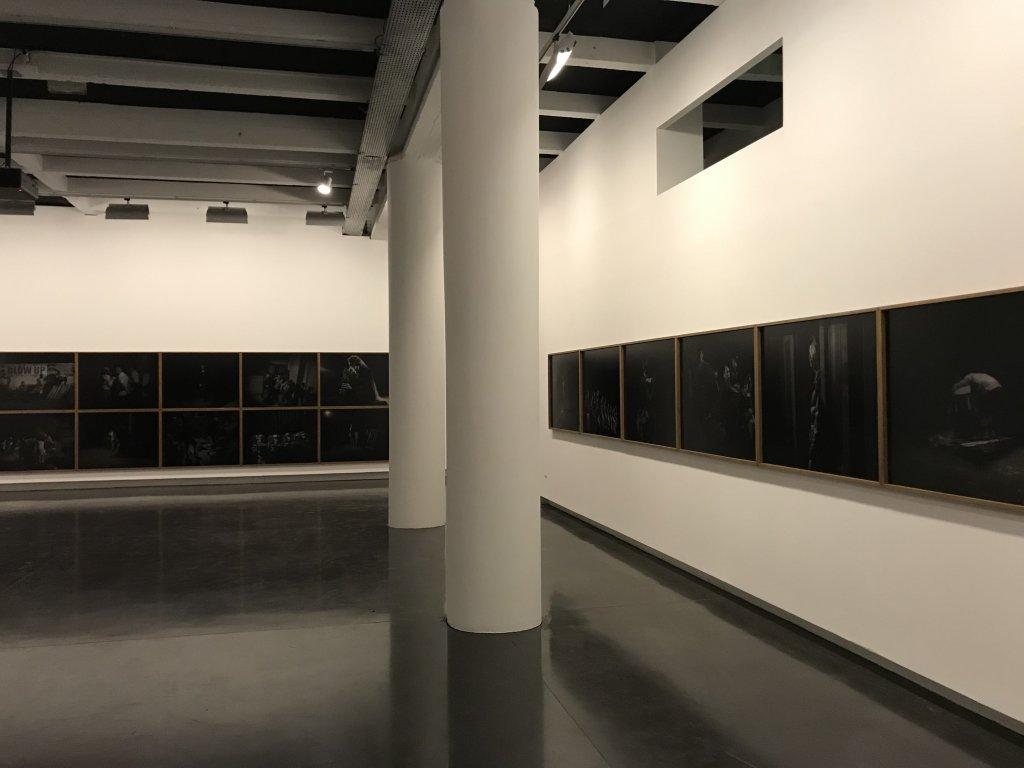Vue de l'exposition Alex Majoli, scene - Le Bal - Paris (30)