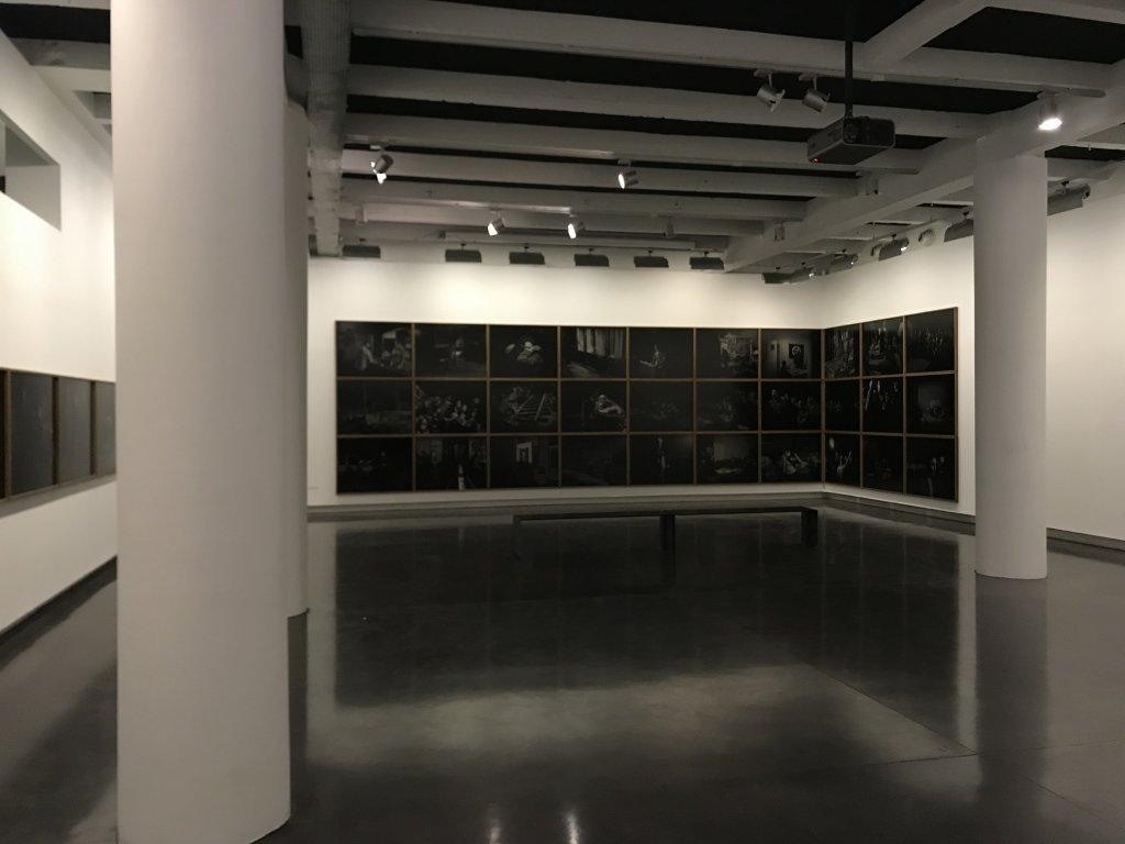 Vue de l'exposition Alex Majoli, scene - Le Bal - Paris (32)