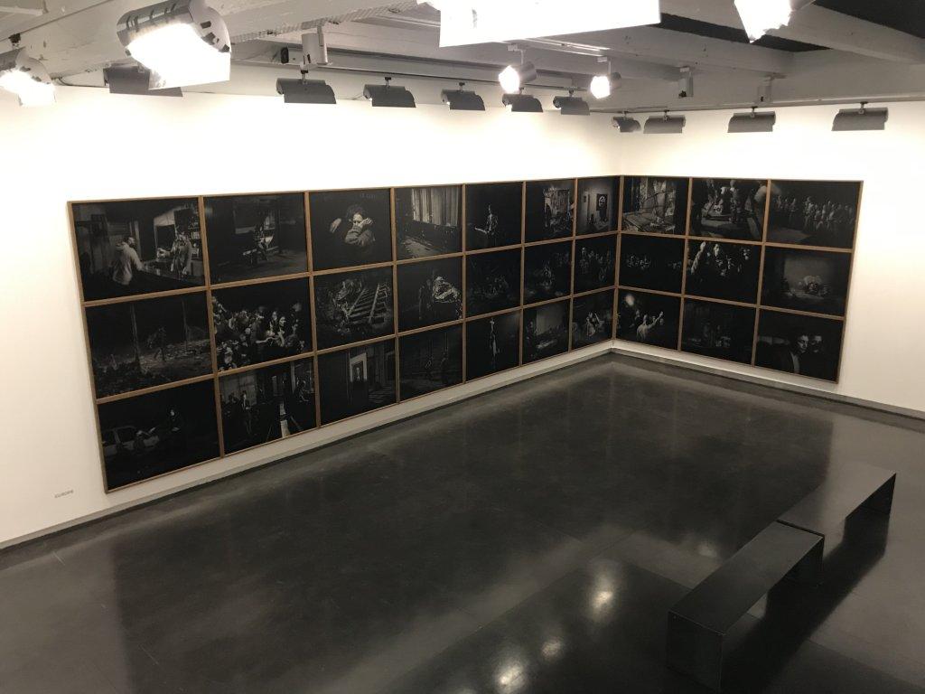 Vue de l'exposition Alex Majoli, scene - Le Bal - Paris (33)