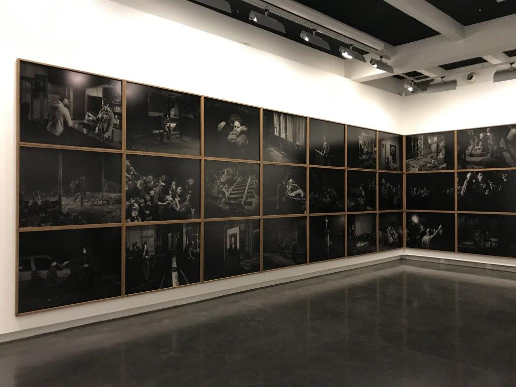 Vue de l'exposition Alex Majoli, scene - Le Bal - Paris (5)